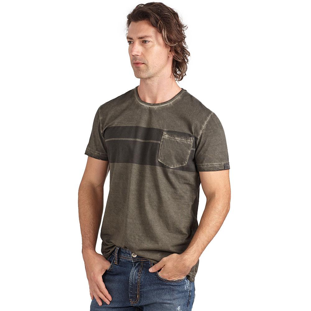 camiseta-com-estampa-e-bolso